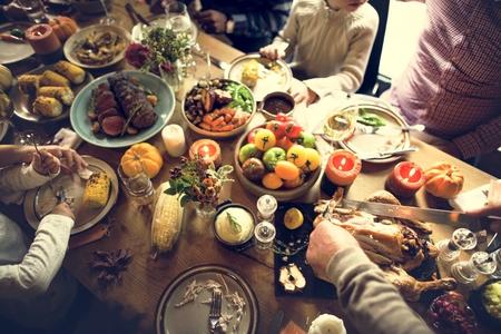 personas festejando: Las personas que celebran Acción de Gracias concepto de Tradición