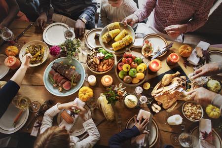 Leute, die Erntedank-Feiertags-Traditions-Konzept feiern Standard-Bild - 64257842