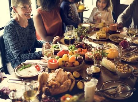 gente celebrando: Las personas que celebran Acción de Gracias concepto de Tradición
