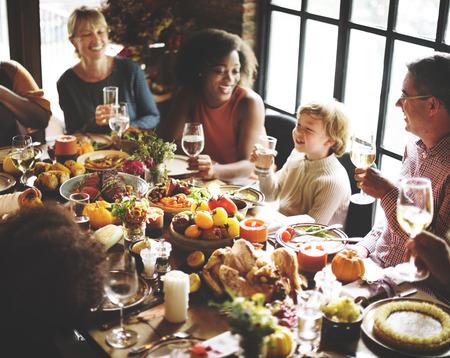 추수 감사절 축하 전통 가족 저녁 식사 개념 스톡 콘텐츠 - 64077850