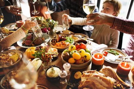 感謝祭の休日の概念を祝う人歓声