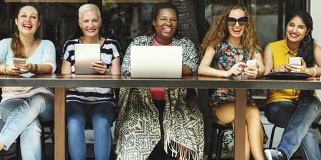 Grupo de Mujeres Concepto de conexión de dispositivos digitales Socialize
