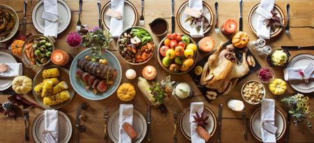 추수 감사절 축하 전통적인 저녁 식사 설정 식품 개념