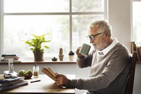 Czytanie Relaks Pension Dziadek kawy Concept Zdjęcie Seryjne