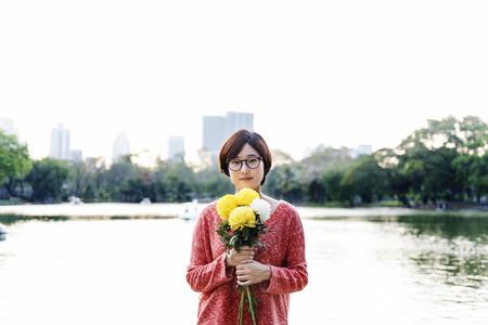 frescura: Relajación de la muchacha asiática Frescura