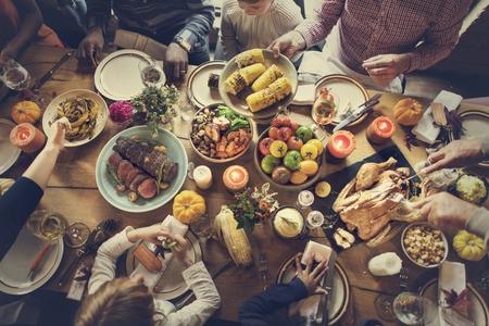 Menschen feiern Thanksgiving-Urlaub Tradition Konzept
