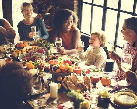 Thanksgiving-Feier Tradition Family Dinner Konzept Standard-Bild - 65167509