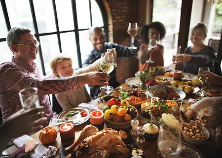 感謝祭のお祝いの伝統家族ディナー コンセプト