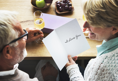 Senior couple and a card with the word I Love You Imagens