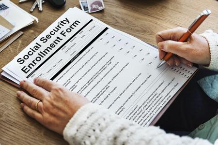 Formulario de inscripción de la Seguridad Social Concepto de documento Foto de archivo - 64758002