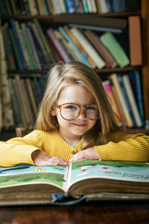 Lectura adorable linda chica Concepto Cuentacuentos