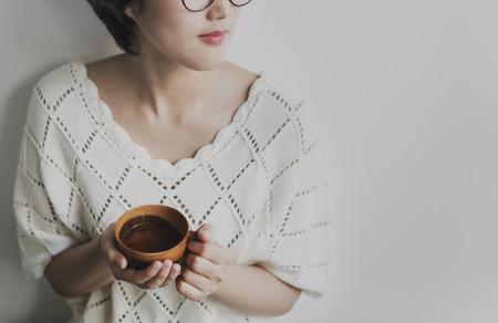refrescar: Asian Girl Beber té Relajación de bebidas refrescantes