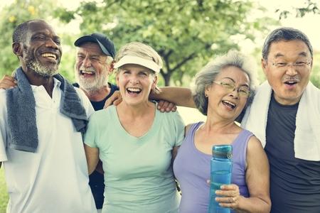 Senior Grupo Amigos Exercício Relax Conceito