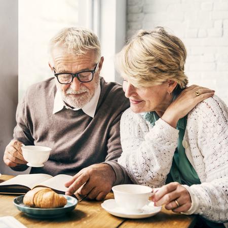 一緒に年金受給者の幸せカップル退職というコンセプト