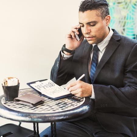El hombre de negocios llamando al concepto de teléfono móvil