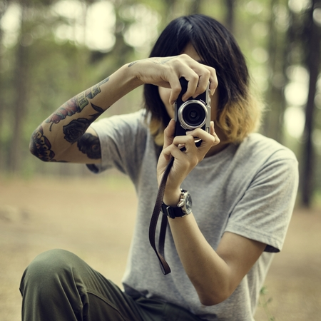 hombre disparando: Photographer Camera Man Shooting Woods Nature Concept