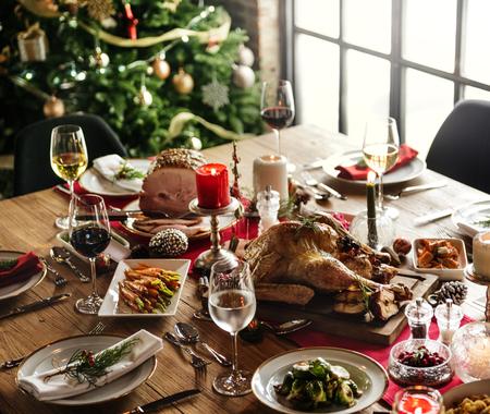 クリスマスの家族の夕食のテーブルのコンセプト