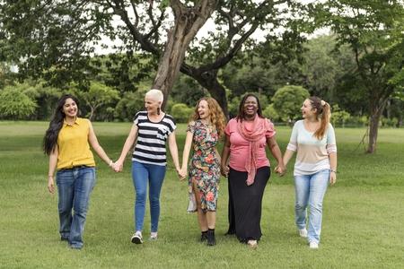 friendliness: Grupo de mujeres Concepto Felicidad Trabajo en equipo Socialize