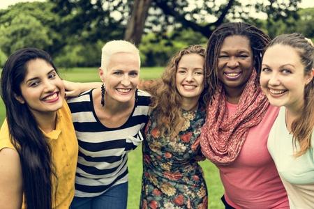 그룹의 여성 사회 화 팀워크 행복 개념