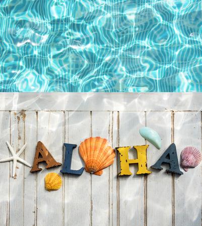 Aloha Texte Shells Piscine Eau Concept Banque d'images - 65780939