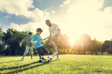 サッカー サッカー フィールド父息子の活動夏の概念 写真素材