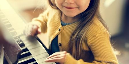 pianista: Adorable muchacha que juegan Concepto linda Piano