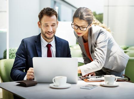 ビジネス人々 の議論ノート パソコン技術一体コンセプト 写真素材