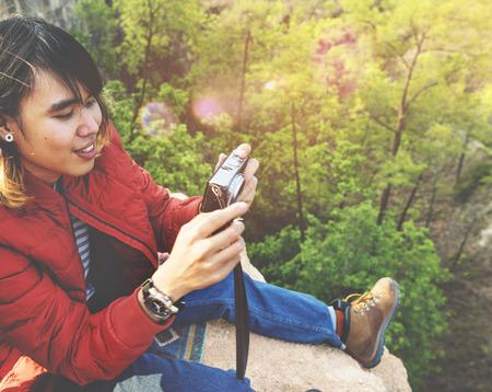 hombre disparando: El fotógrafo cámara Shooting del hombre natural de maderas borde del acantilado Concept