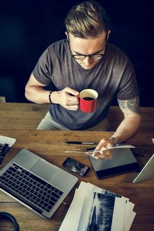 Uomo occupato concept fotografia Editing Home Office