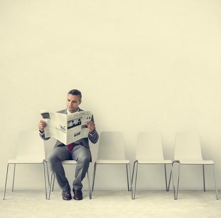 Businessman Reading Newspaper Concept en milieu de travail