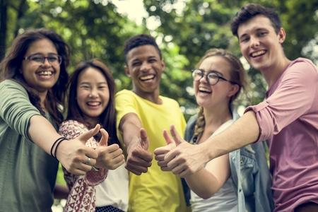 Diverse Groep Jonge Mensen Thumb Up Concept