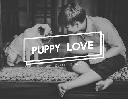 puppy love: Bestfriends humanos Concepto del amor adolescente Foto de archivo