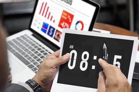 punctual: Reloj despertador puntual de gestión del tiempo Concepto organizador personal