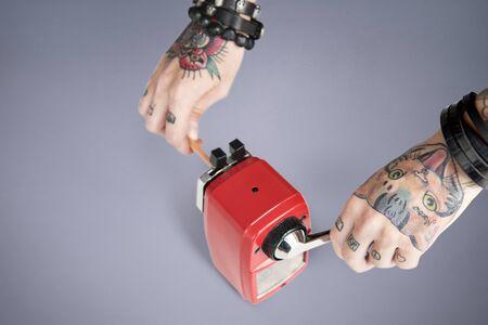 grafito: Concepto de herramientas de alimentación del tatuaje del grafito Sacapuntas