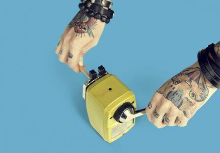 Concepto de herramientas de alimentación del tatuaje del grafito Sacapuntas