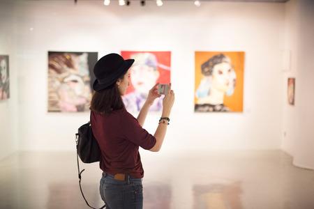 Mujer que visita la galería de arte del concepto de vida Foto de archivo - 66739414