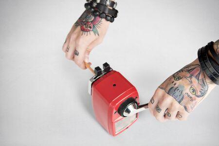 sacapuntas: Concepto de herramientas de alimentación del tatuaje del grafito Sacapuntas