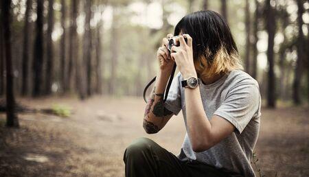 hombre disparando: El fotógrafo cámara Shooting del hombre natural de maderas Concept