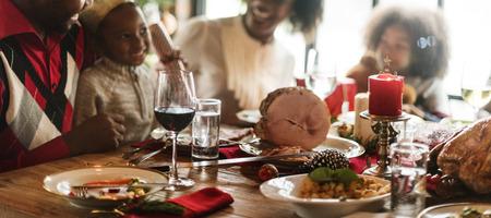 muerdago: Familia junto Celebración de Navidad Foto de archivo