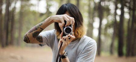 hombre disparando: Photographer Camera Man Shooting Woods Nature Concept