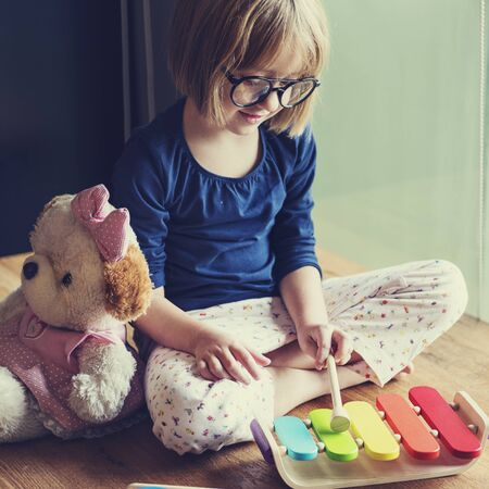 xilofono: Niña que juega Juguetes Concept Foto de archivo