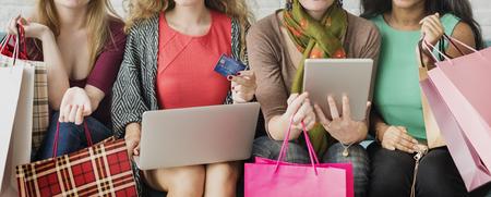 女の子の友情連帯オンライン ショッピング概念