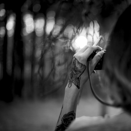 hombre disparando: El fotógrafo cámara Shooting del hombre natural de maderas de la puesta del sol Concepto