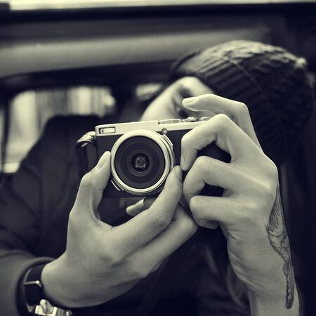 hombre disparando: El fotógrafo hombre de la cámara de filmación Concepto Vehículo