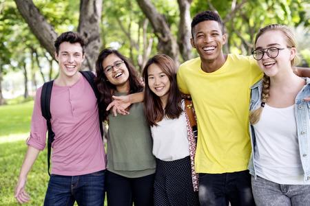 Verschiedene Gruppe junge Leute Verbundenheit Im Freien Konzept Standard-Bild - 67422305