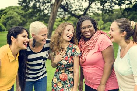그룹의 여성 사회 화 팀워크 행복 개념 스톡 콘텐츠 - 67365711