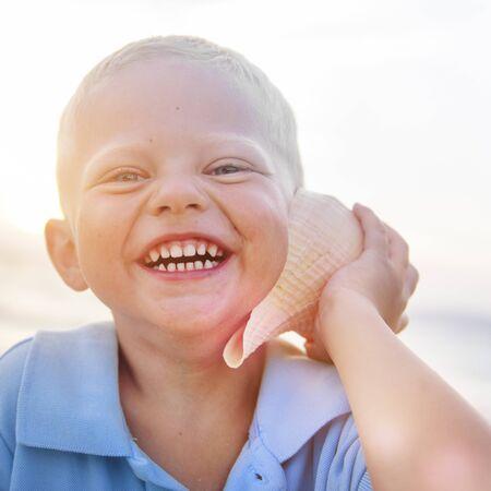 adolescence: El muchacho del cabrito del niño de la felicidad La adolescencia Concepto Juguetón