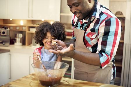 キッチン フード一体概念を調理している家族