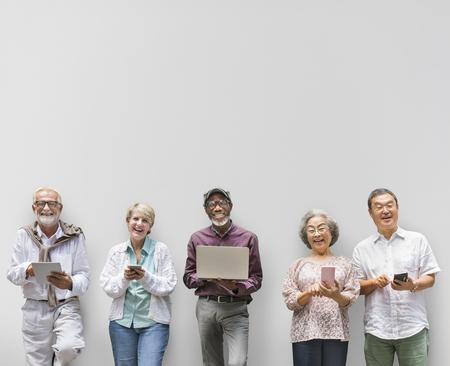 디지털 라이프 스타일 개념을 사용하는 수석 은퇴 그룹 스톡 콘텐츠
