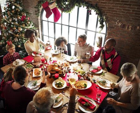 家族一緒にクリスマスのお祝いのコンセプト